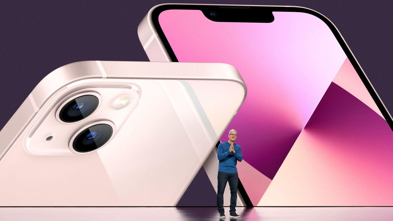 Tim Cook, CEO de Apple, junto al iPhone 13. (Reuters)