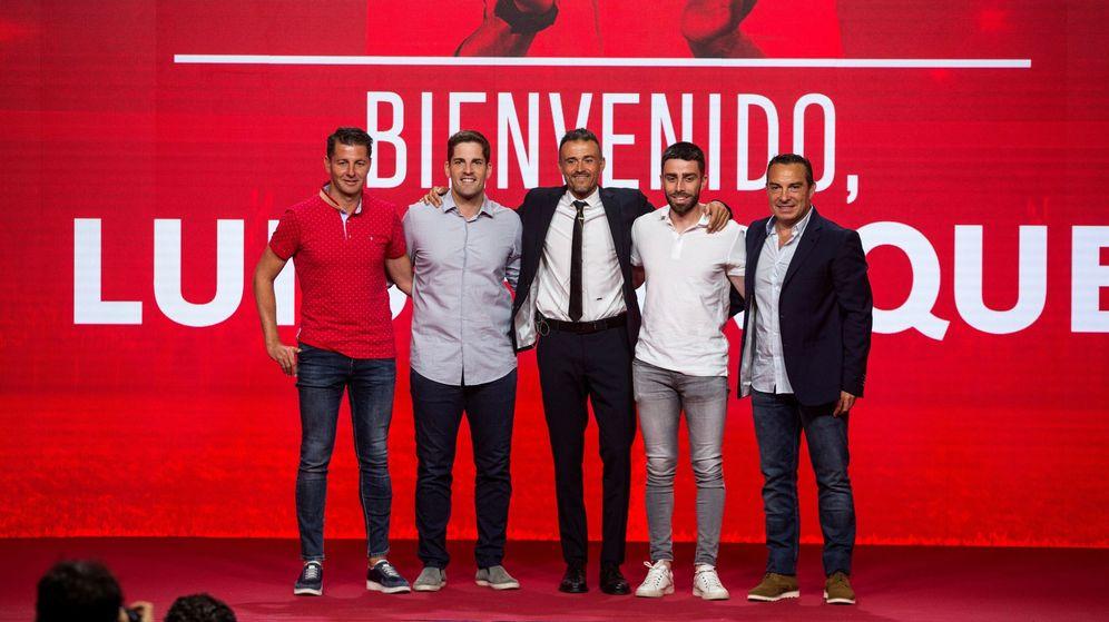 Foto: Luis Enrique posa con su equipo de trabajo en el que se encuentra Joaquín Valdés -el primero empezando por la izquierda-. (Efe)