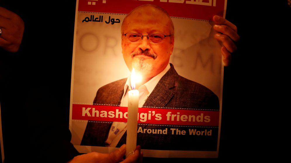 Foto: Un cartel con la foto de Jamal Kashoggi. (Reuters)