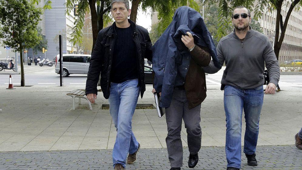 Foto: El exprofesor acusado de abusos en Barcelona llega al juzgado para declarar