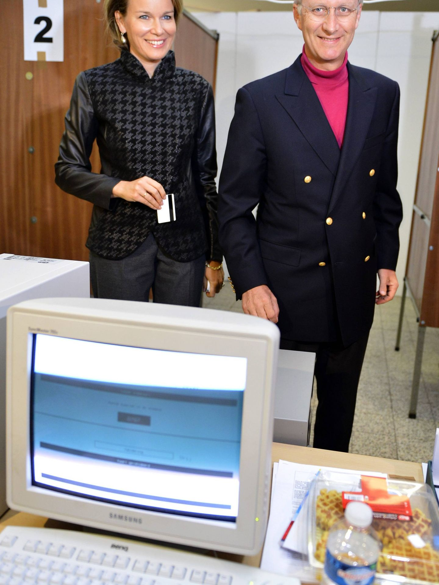 Los entonces príncipes Matilde y Felipe de Bélgica, votando en 2012. (Cordon Press)