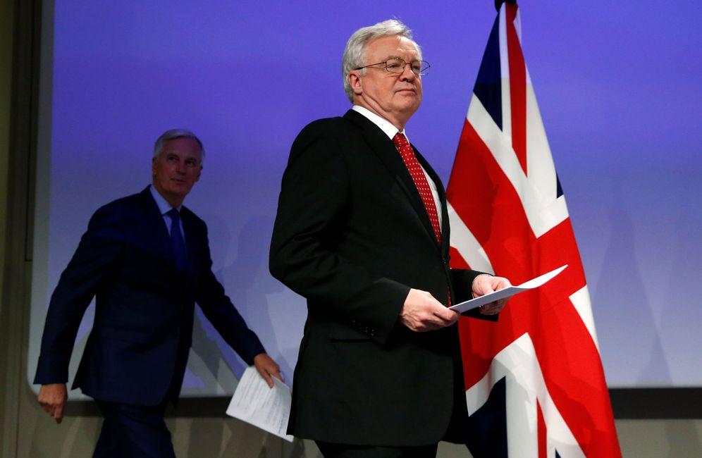 Foto: David Davies y Michel Barnier antes de la rueda de prensa conjunta en Bruselas. (Reuters)