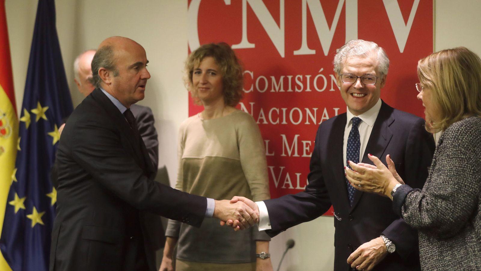 Foto: Luis de Guindos saluda a Sebastián Albella en su toma de posesión como presidente de la CNMV (EFE)