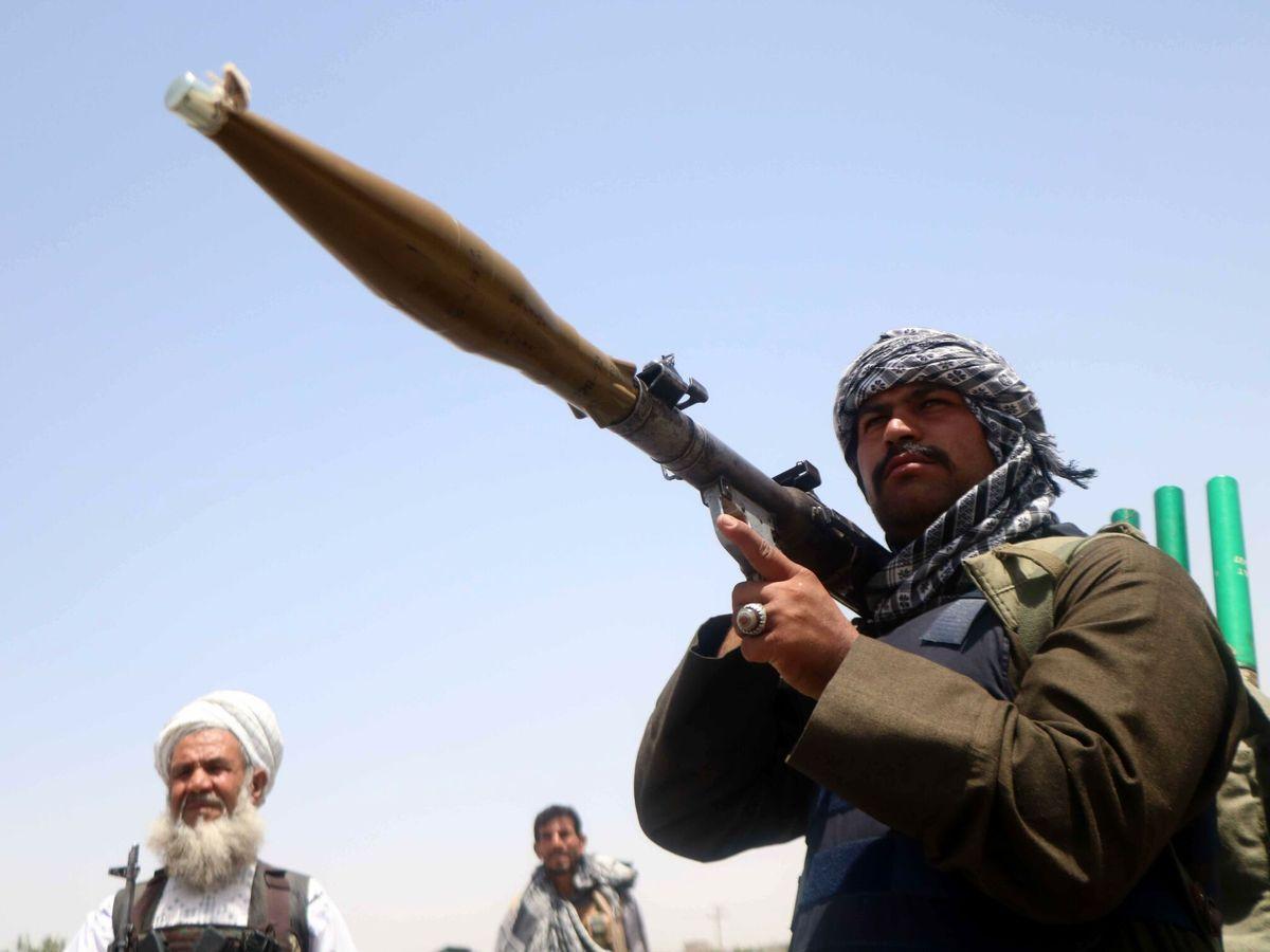 Foto: Simpatizantes armados del ex comandante muyahidín Ismail Khan. (EFE)