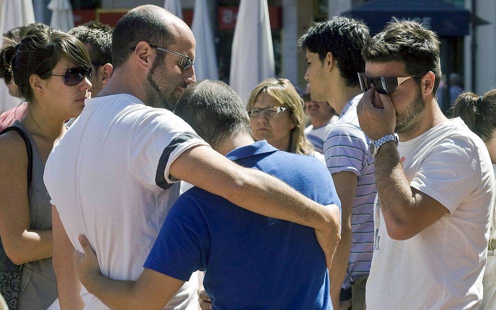 Foto: Amigos de Carlos Sáenz de Tejada, uno de los dos guardias civiles asesinados en 2009 en el último atentado mortal de ETA en España, se concentran en Burgos en repulsa por su muerte. (EFE)