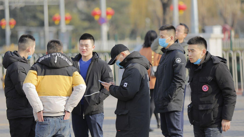 Jóvenes con máscaras en las calles de Pekín. (Reuters)