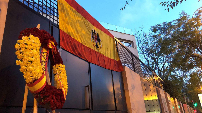 Una bandera franquista desplegada en la casa de Francis Franco en el centro de Madrid. (Reuters)