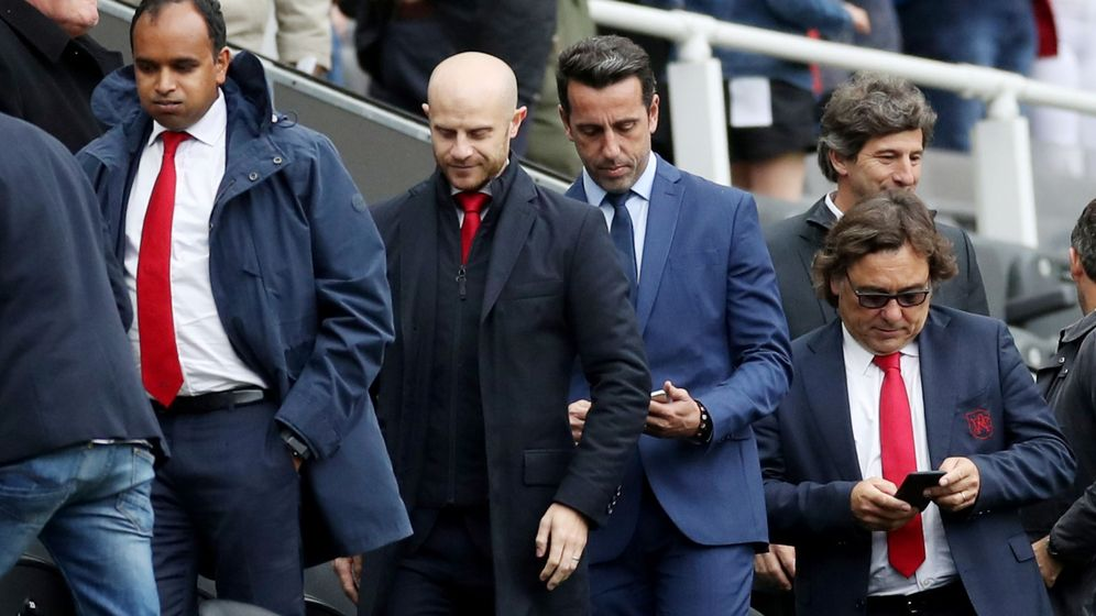 Foto: Raül Sanllehí, detrás de Edu, mira su teléfono tras el partido del Arsenal en Newcastle. (REUTERS)