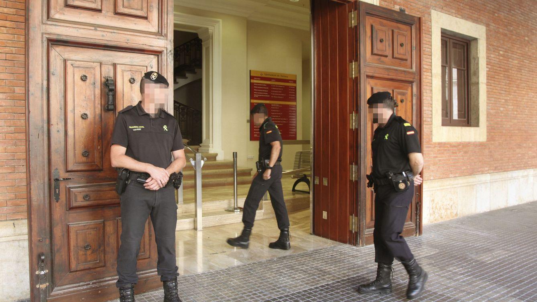 Foto: Miembros de la Guardia Civil, hoy, en el Ayuntamiento de Tortosa (Tarragona).