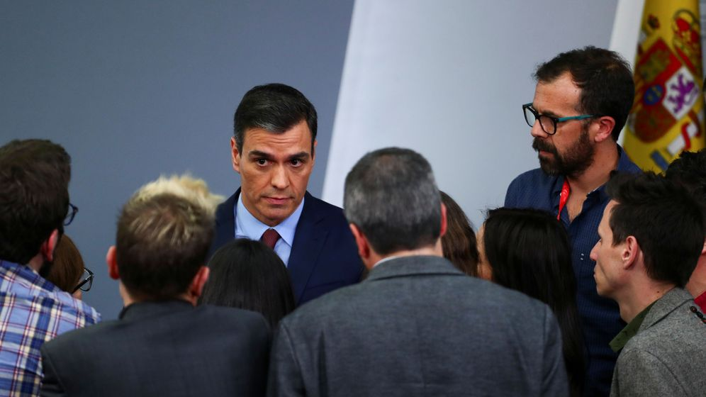 Foto: El presidente del Gobierno, Pedro Sánchez, habla con los periodistas. (Reuters)