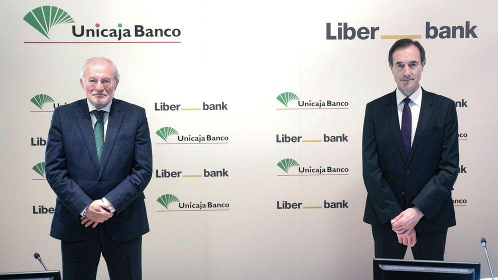 Foto: Manuel Azuaga (i), presidente de Unicaja Banco, y Manuel Menéndez (d), consejero delegado de Liberbank. (EFE)