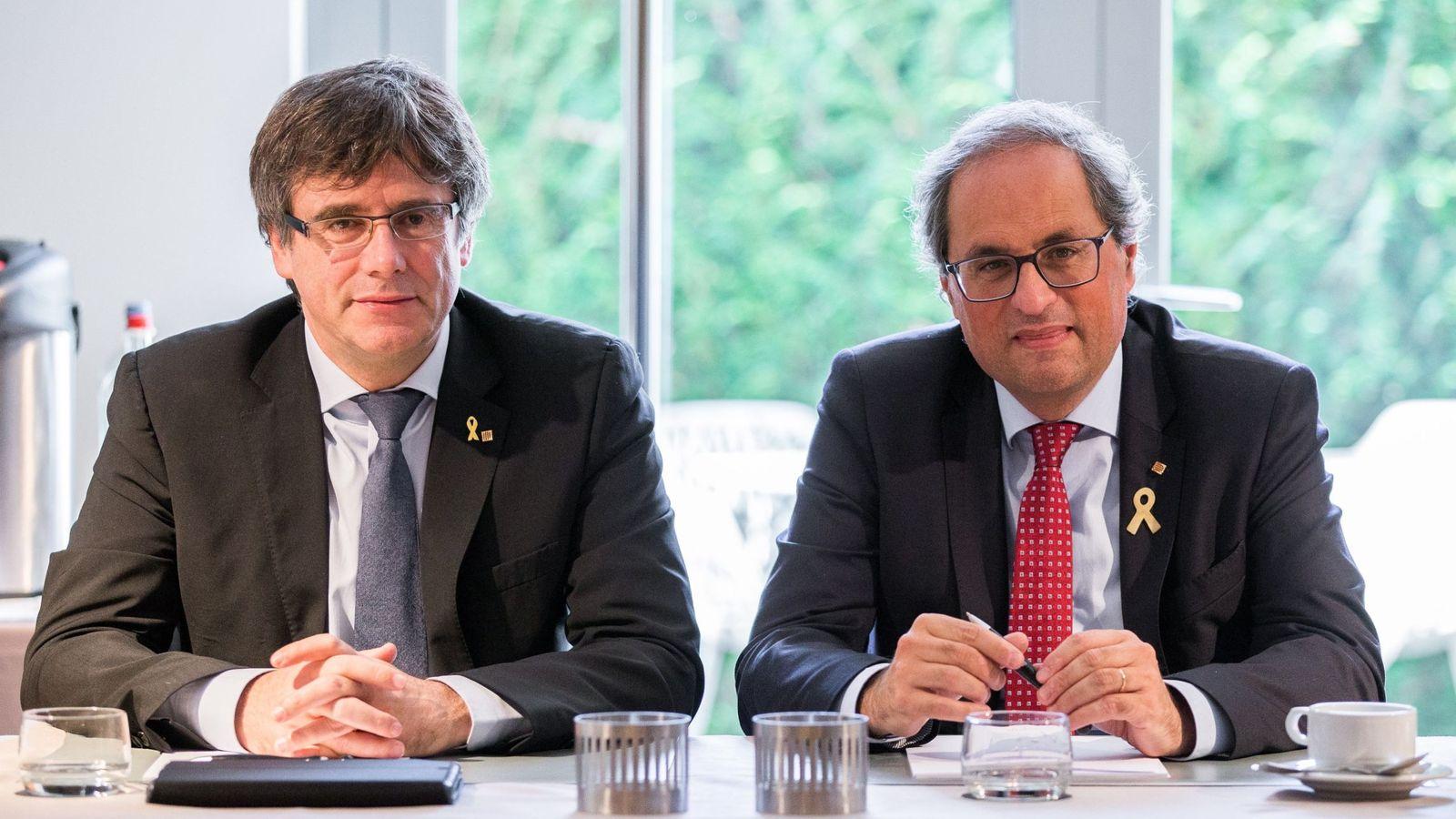 Foto: El presidente de la Generalitat, Quim Torra (d), posa junto al expresidente catalán Carles Puigdemont, durante una reunión en Waterloo. (EFE)