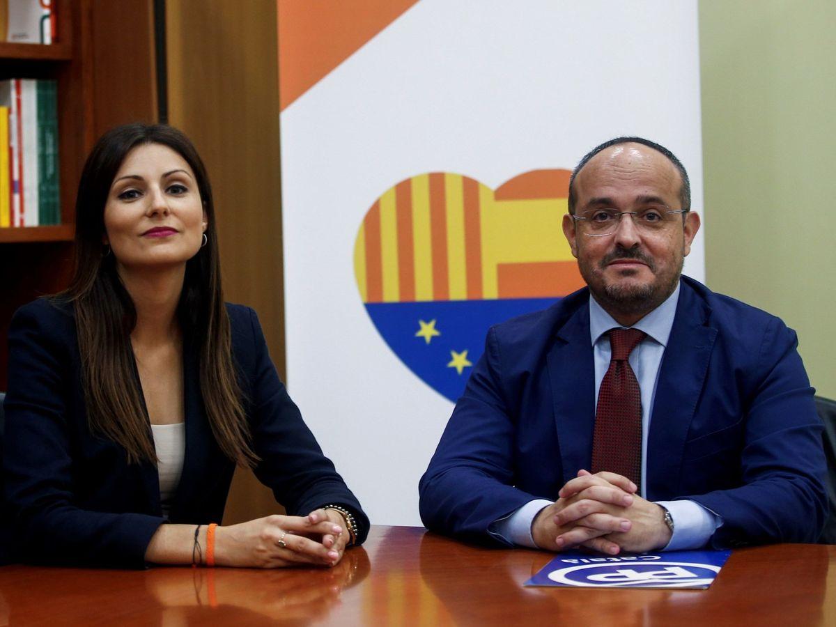 Foto: La portavoz de Ciudadanos en el Parlament, Lorena Roldán, junto al líder de los populares, Alejandro Fernández. (EFE)