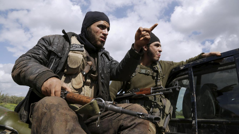Foto: Dos combatientes de Ahrar al Sham luchan contra fuerzas del régimen en el frente de Idlib, en el norte de Siria, el 20 de marzo de 2015 (Reuters).