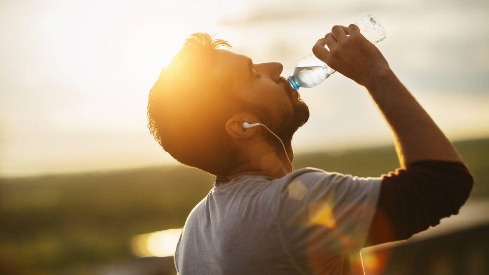 Foto: El hombre se compró una botella de agua y se la fue bebiendo en el coche camino a casa