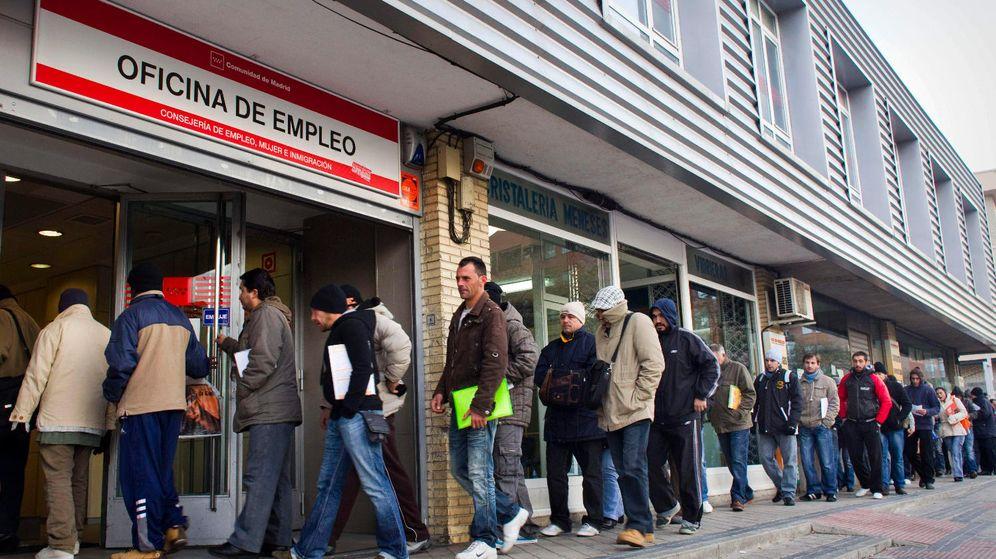 Foto: Varias personas hacen cola en una oficina de empleo. (EFE)