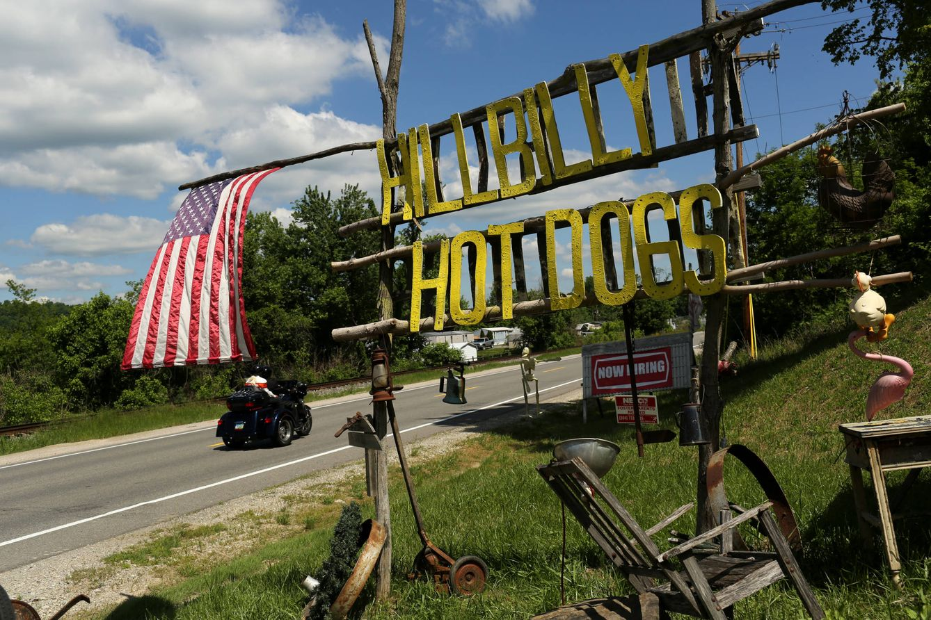 Foto: Una moto pasa ante un cartel que anuncia perritos calientes en Lesage, Virginia Occidental (Reuters).