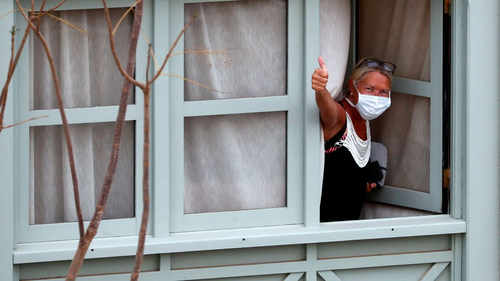 Foto: Uno de los huéspedes aislados en el Hotel H10 Costa Adeje de Tenerife. (Reuters)