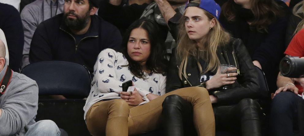 Foto: Michelle Rodríguez y Cara Delevingne, durante un partido de baloncesto (I.C.)