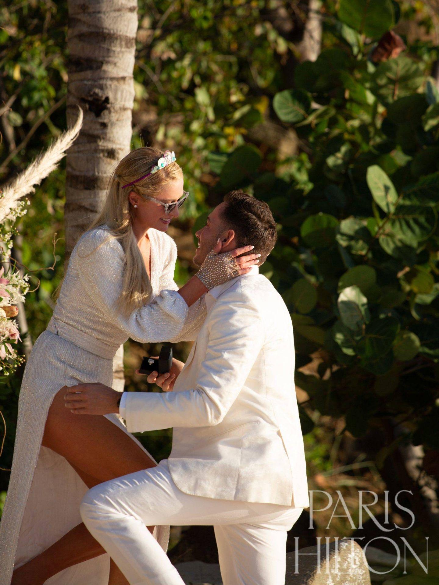 Paris Hilton y su prometido en una imagen en la que se puede apreciar el fabuloso anillo de compromiso. (Cortesía ParisHilton.com)