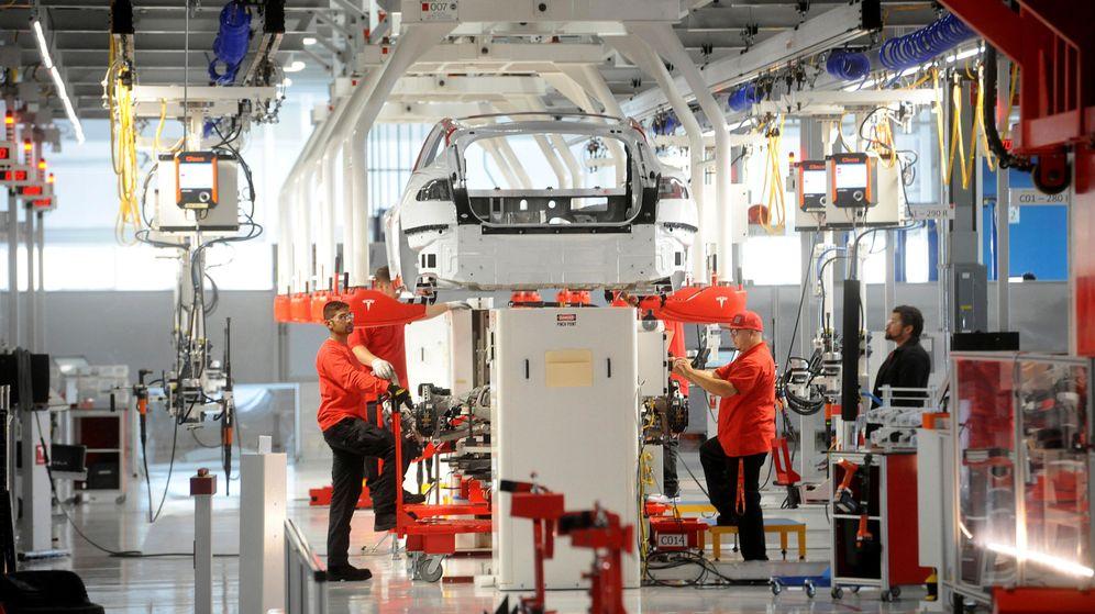 Foto: Empleados en una fábrica de Tesla. (Reuters)