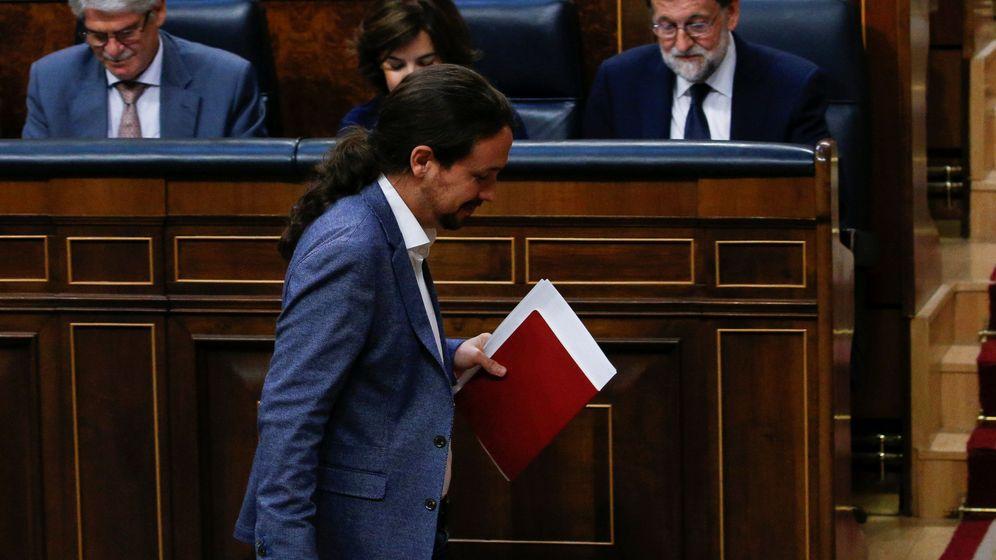 Foto: Pablo Iglesias pasa por delante del jefe del Ejecutivo, Mariano Rajoy, para subir a la tribuna del Congreso durante la moción de censura. (Reuters)