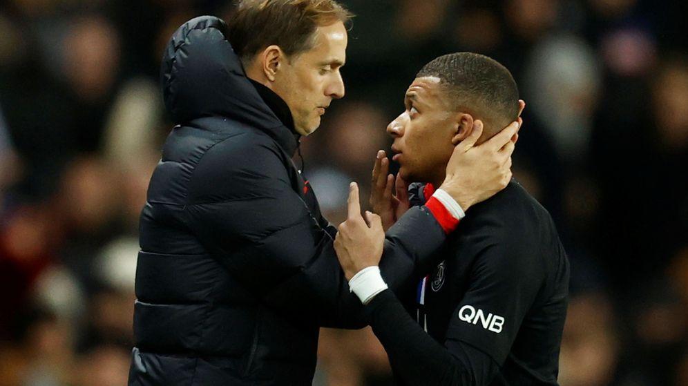 Foto: Thomas Tuchel y Kylian Mbappé hablan tras la sustitución del delantero. (Reuters)