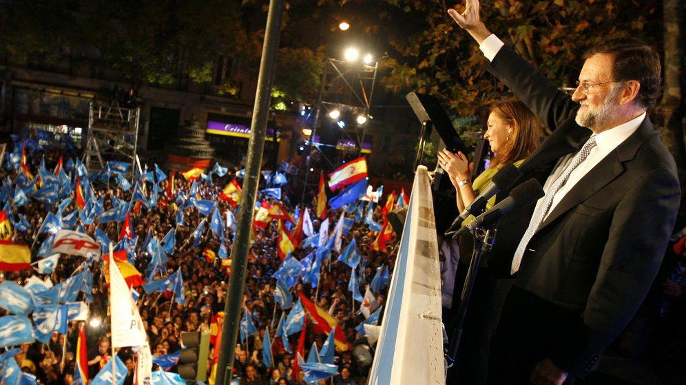 Foto: Mariano Rajoy celebra la victoria en las generales de 2011 desde el balcón de la sede del PP en Génova. (EFE)