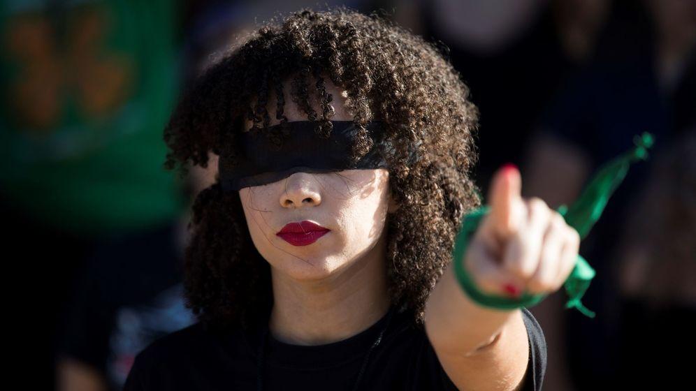 Foto: Una joven interpreta la 'performance' 'Un violador en tu camino' en República Dominicana. (EFE)