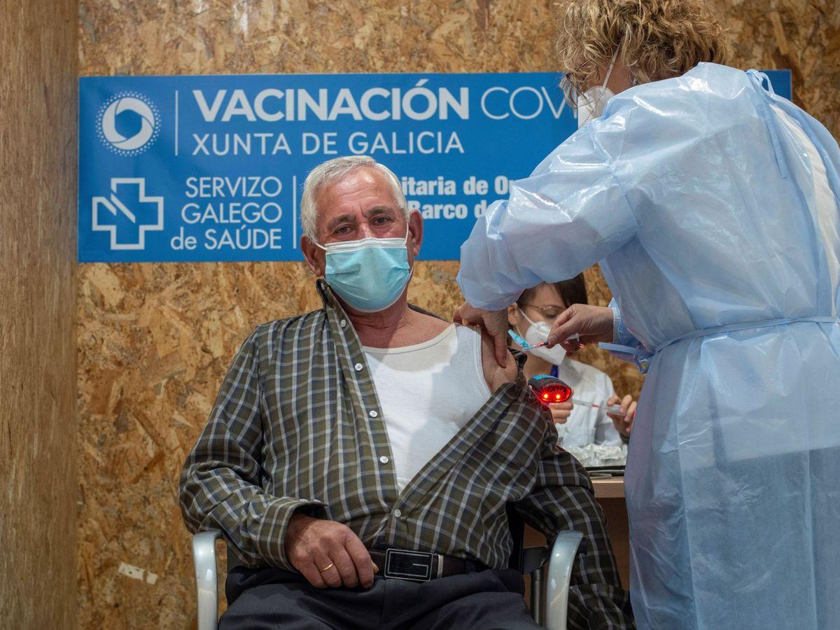 Foto: Un hombre recibe la vacuna contra el covid-19 en Expourense. (EFE)