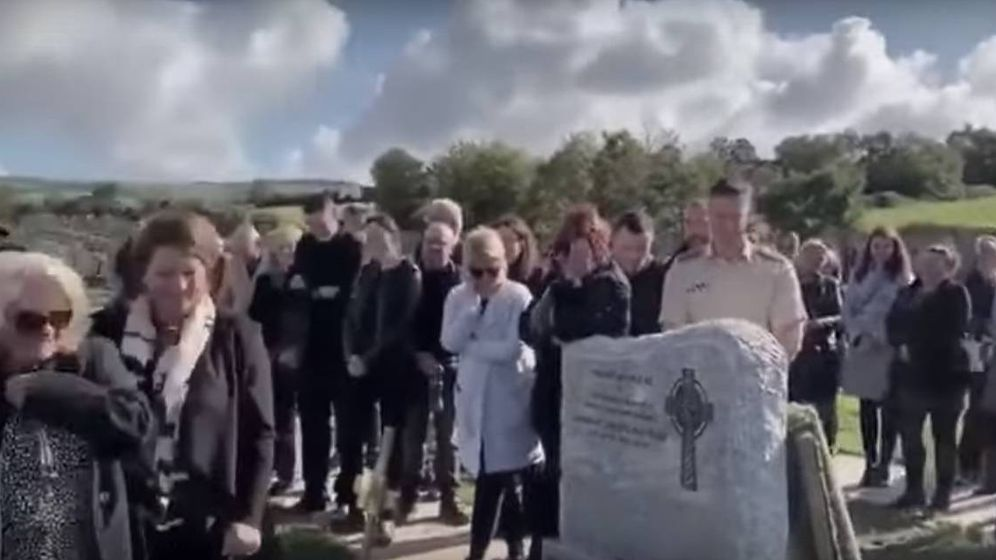 Foto: Imagen del entierro de Shay Bradley. (CC/Youtube)