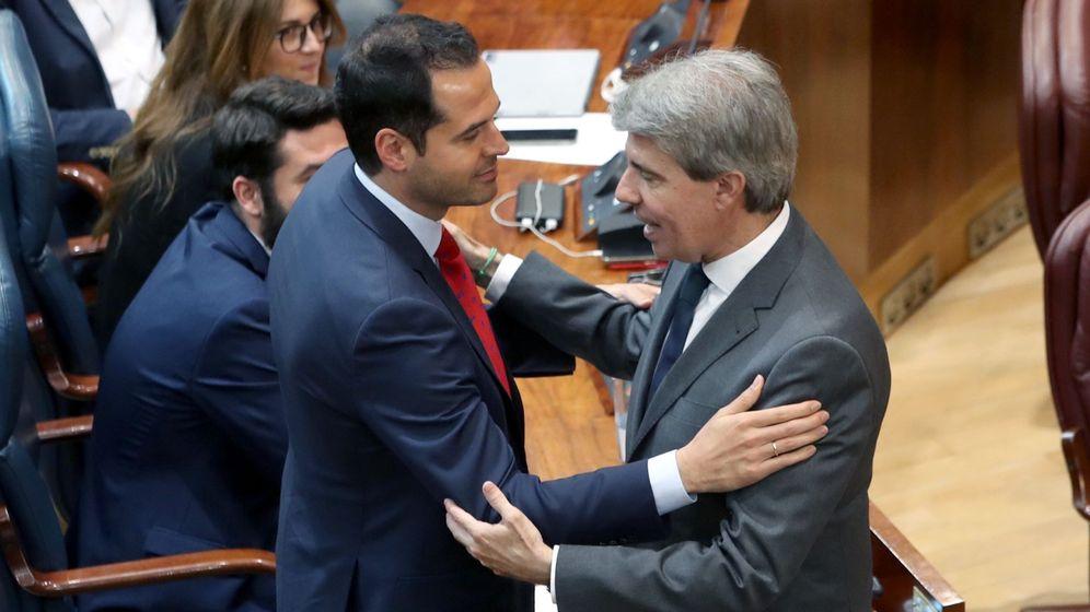 Foto: Ignacio Aguado (izquierda) y Ángel Garrido, en la Asamblea de Madrid