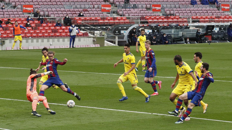 Ledesma quita la gloria del gol a Griezmann en el último momento. (Reuters)
