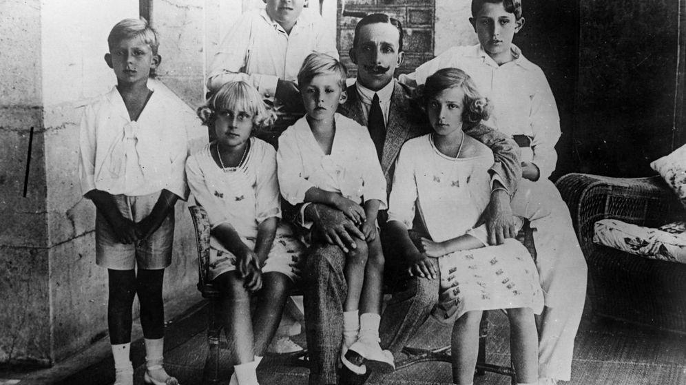 Foto: Alfonso XIII, con sus hijos. (Getty)