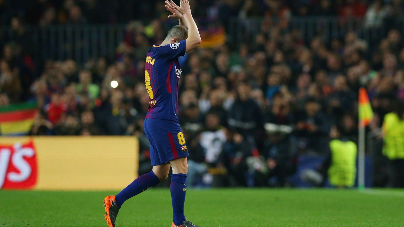 Foto: Iniesta recibió la ovación de los aficioados cuando fue sustituido en la segunda parte del FC Barcelona-Chelsea disuptado este miércoles. (Reuters)