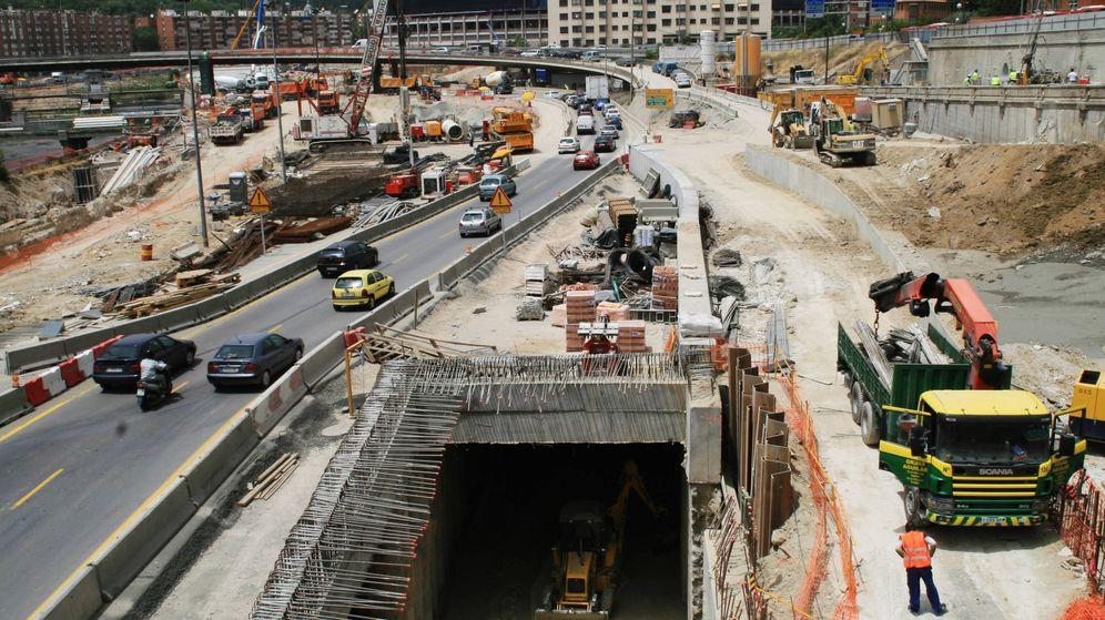Foto: Imagen de archivo en 2006 de las obras de los túneles de la M-30 a la altura del estadio Vicente Calderón. (Reuters)