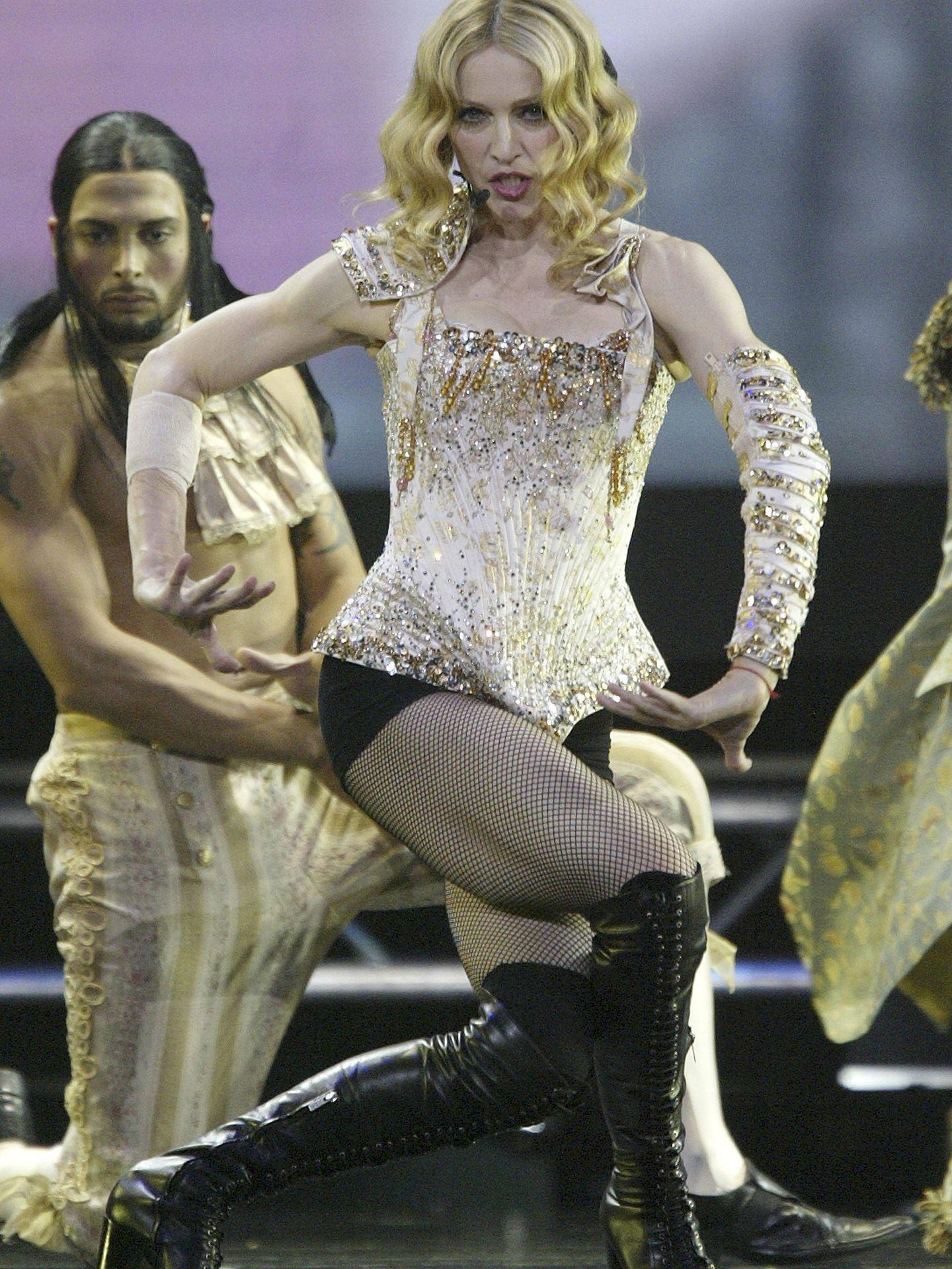 Madonna, con un diseño de Christian Lacroix en 'Re-Invention Tour'. (Getty)