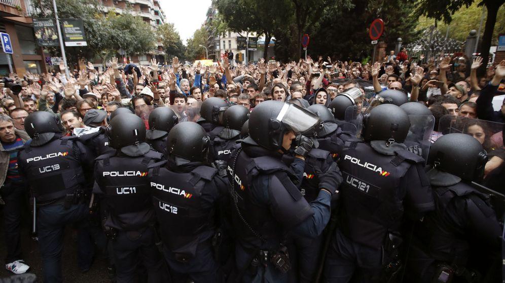 Foto: Agentes de la Policía Nacional, durante el 1-O en Cataluña. (EFE)
