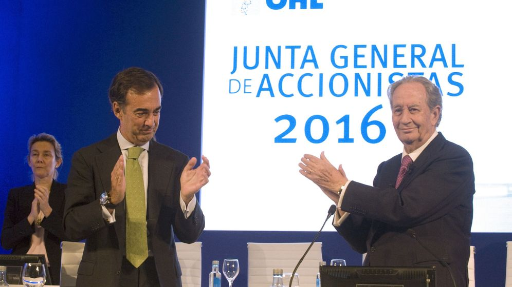 Foto: Juan Villar-Mir, junto a su padre, Juan Miguel Villar Mir, el día en que cristalizó el relevo. (EFE)