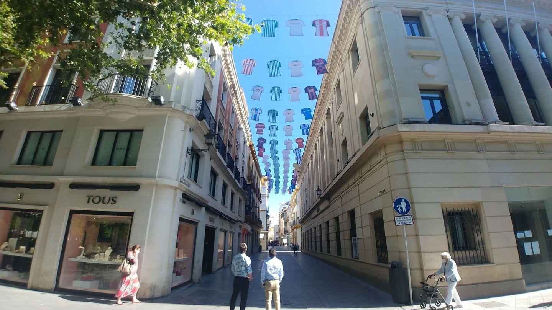 La calle Tetuán, en Sevilla, decorada por LaLiga para promocionar el regreso de la competición. (EFE)