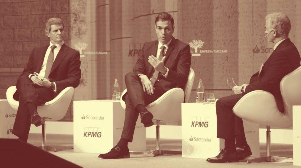 Foto: Pedro Sánchez, entre Francisco Riberas y Juan Corona, presidente y director general del Instituto de la Empresa Familiar, respectivamente. (IEF)