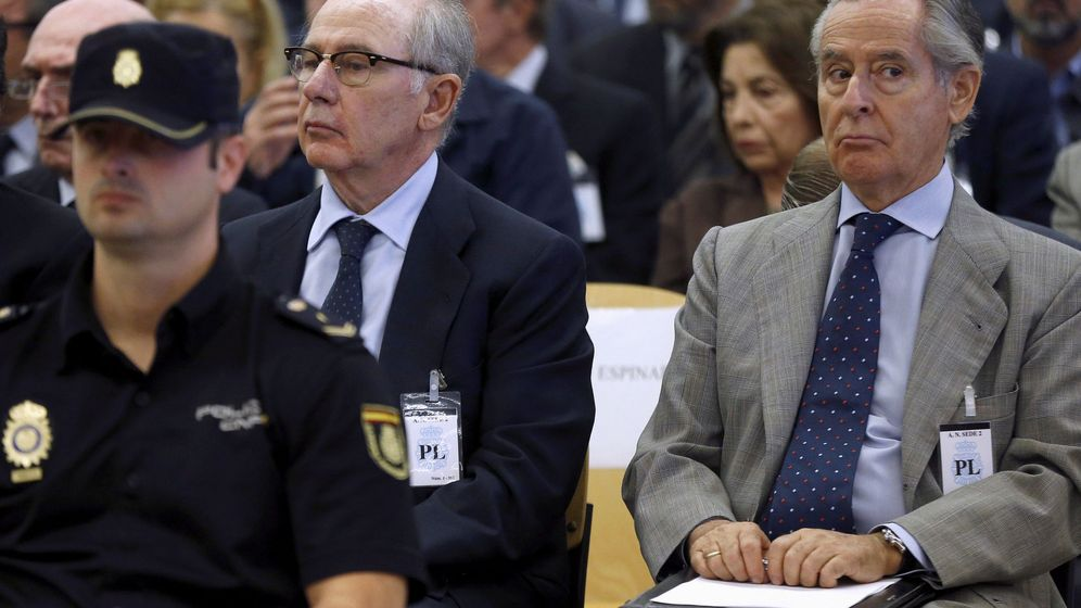 Foto: Rodrigo Rato, Miguel Blesa y otros consejeros de las tarjetas Black sentados en el banquillo de los acusados. (Reuters)