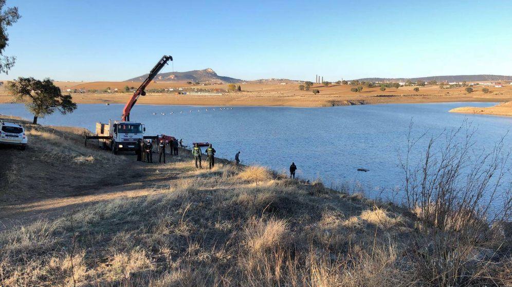 Foto: La Guardia Civil interviene ayer para extraer el vehículo del pantano (Cedida)