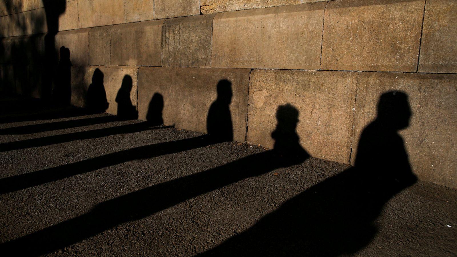Foto: Varias personas esperan para votar. (Reuters)