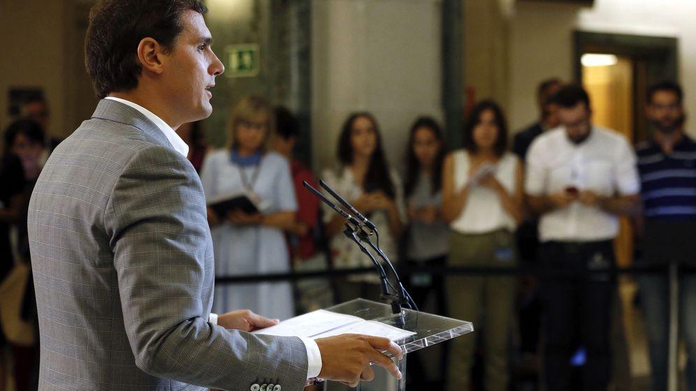 Foto: El líder de Ciudadanos, Albert Rivera, durante la rueda de prensa posterior a la reunión mantenida con el presidente del Gobierno en funciones, Mariano Rajoy, en el Congreso. (EFE)