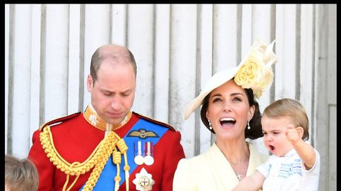 El príncipe Louis debuta en el balcón de Palacio y lo da todo