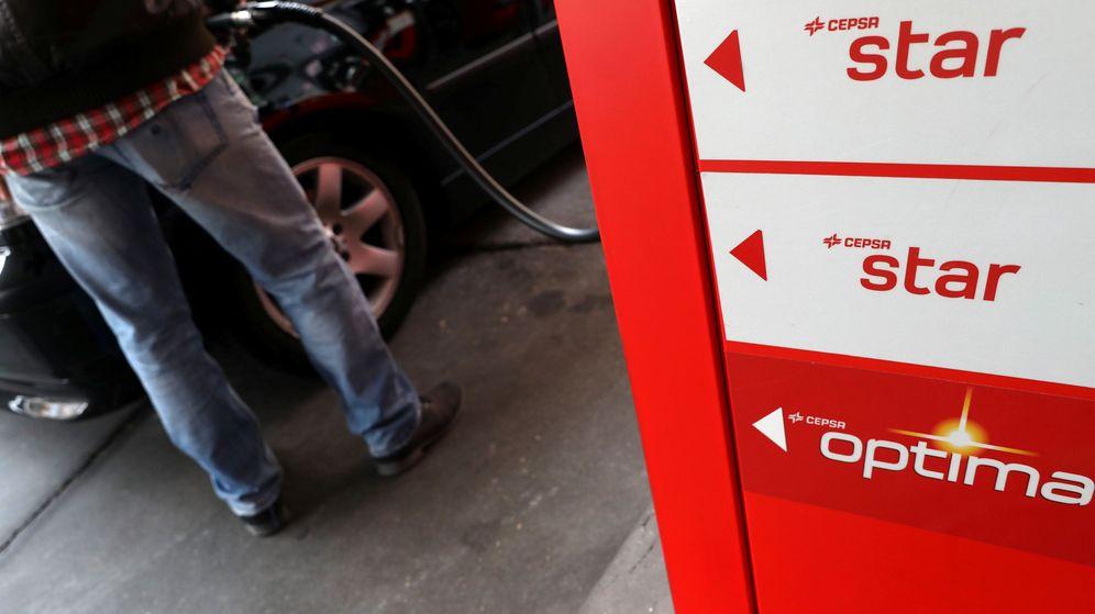 Foto: Un hombre repuesta en una estación de servicio de Cepsa. (Reuters)