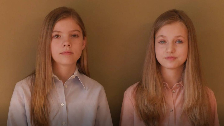 Leonor y Sofía, durante el vídeo de apoyo a los afectados por covid-19. (Casa Real)