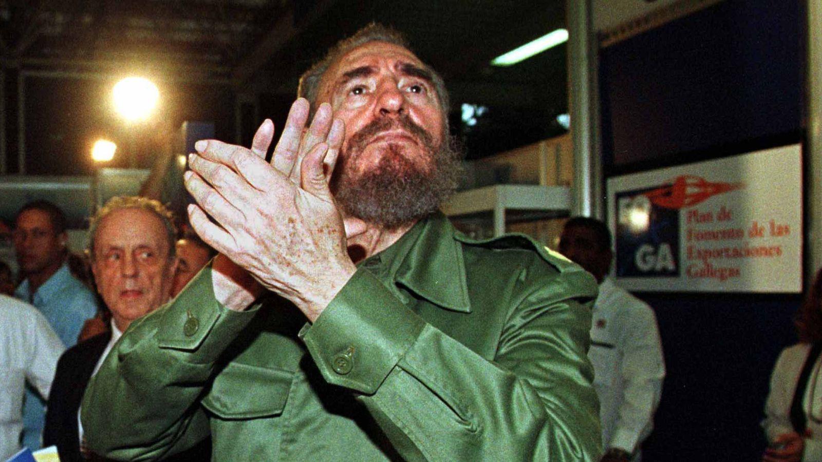 Foto: Fidel Castro aplaude antes de un discurso de Manuel Fraga en La Habana, el 1 de noviembre de 1998 (Reuters)