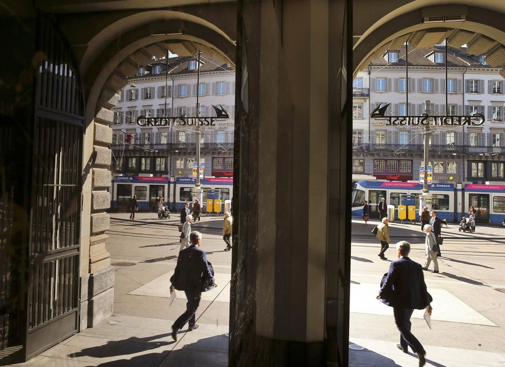 Foto: Un hombre abandona la sede del banco suizo Credit Suisse en Zúrich, el 21 de abril de 2015. (Reuters)